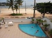 Casarão com piscina beira mar praia da enseada.